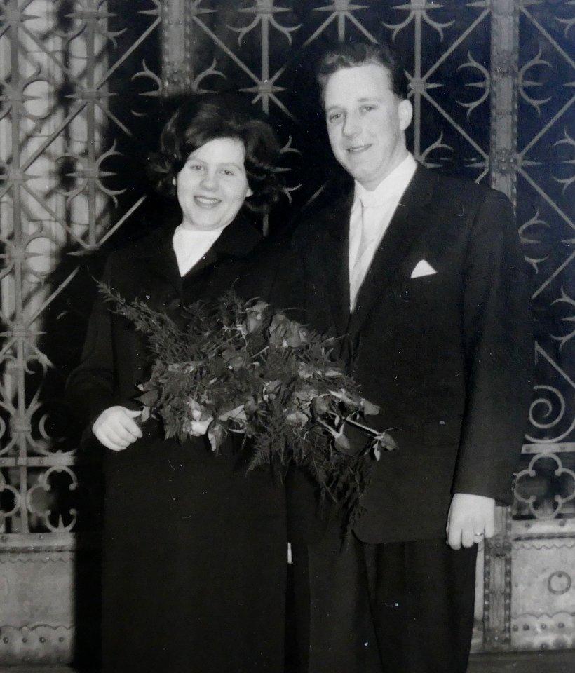 Das Foto zeigt sie nach der standesamtlichen Trauung auf der Braunschweiger Rathaustreppe.