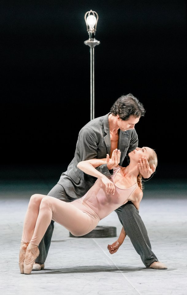 """Silvia Azzoni und Alexandre Riabko in einem Duett aus dem Ballett """"Ghost Light"""", das am 6. September 2020 an der Staatsoper Hamburg uraufgeführt wurde und nun als DVD vorliegt."""