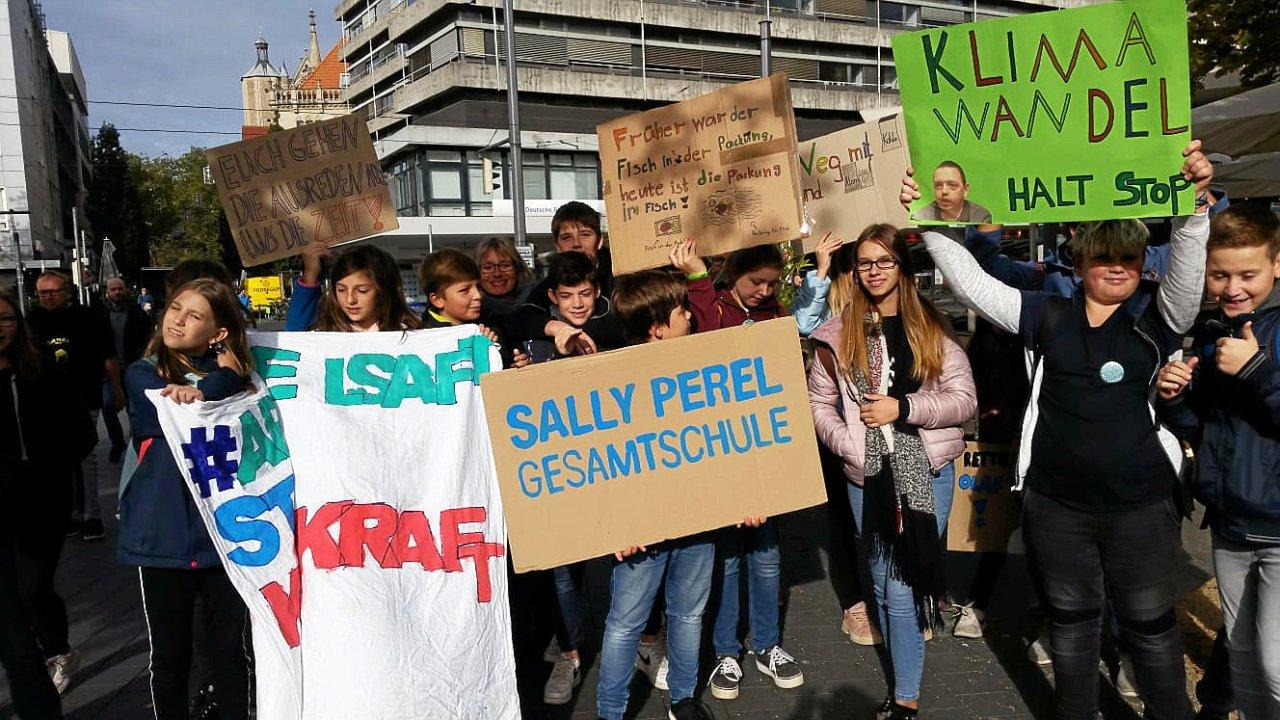 Die Klasse 7.1 der Sally-Perel-Schule hat seit 14 Tagen eine Unterrichtseinheit zum Thema Klimaschutz. Die Demoteilnahme ist angemeldet als außerschulischer Lernort.