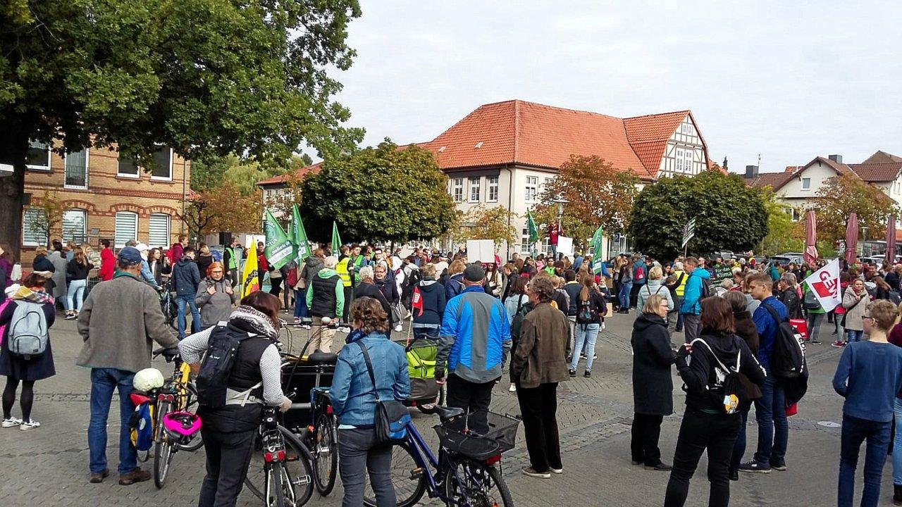 Der Schillerplatz in Gifhorn füllt sich mit Demonstranten.