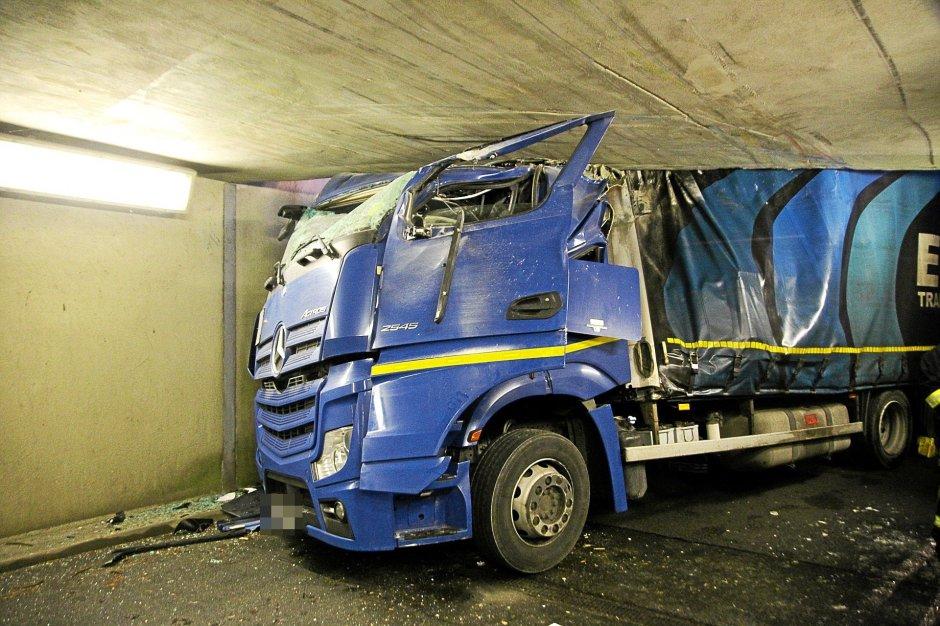 Un camión tomó el enfoque equivocado hacia la planta de VW en Salzgitter el lunes por la mañana y condujo bajo un puente. El conductor resultó gravemente herido.